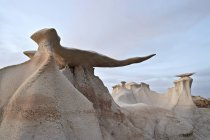 Камень крылья образований в сумерках — стоковое фото