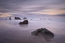 Скалы и море стеки на рассвете — стоковое фото