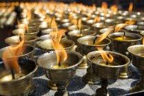 Velas de oración en el templo de Nanwu - foto de stock