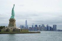 Статуя свободы с Нижний Манхэттен — стоковое фото