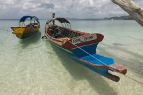 Лодки на побережье в бирюзовой воде — стоковое фото