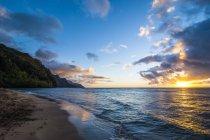 Закат на берегу Napali — стоковое фото