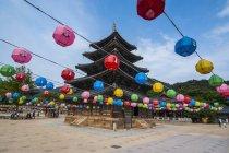 Lanternes colorées dans l'ensemble du Temple ne — Photo de stock