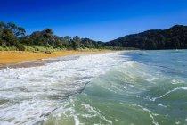 Длинный песчаный пляж — стоковое фото