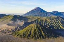 Спостерігаючи видом гору бром кратер — стокове фото