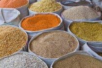 Gewürze zum Verkauf an Straßenmarkt — Stockfoto