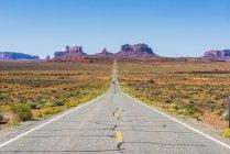 Довга дорога, яка веде до Monument Valley — стокове фото