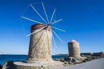 Moulins à vent médiévales dans la ville de Rhodes — Photo de stock