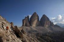 Man hiking in front of Tre Cime di Lavaredo — Stock Photo