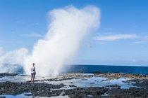 Tourist enjoying huge waves — Stock Photo