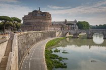 River Tiber and Castel Sant' Angelo — Stock Photo