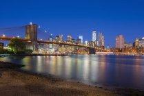 Ponte di Brooklyn sul fiume orientale — Foto stock
