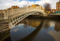 Ha'penny bridge over River Liffey — Stock Photo