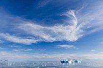 Icebergs e gelo impetuoso perto da Península de Cumberland — Fotografia de Stock