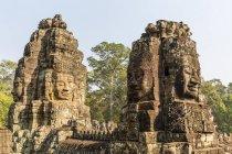 Сталкиваются с четырьмя башнями в Prasat Bayon — стоковое фото
