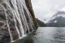 Воды, сбегающие вниз скалы в национальном парке Мисти-фьорд — стоковое фото