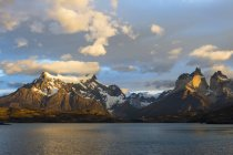 Sunrise over Cuernos del Paine and Lago Pehoe — Stock Photo