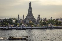 Wat Arun temple and river — Stock Photo