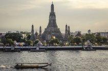 ВАТ Аруна Храм і річка — стокове фото