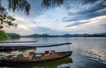 Лодки пришвартованы на берегу Западного озера в Ханчжоу — стоковое фото