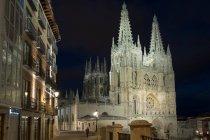 Catedral de Burgos en la noche - foto de stock