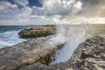 Створений сильний вітер хвиля впорскує води — стокове фото