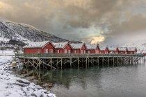 Красные деревянные хижины в снежный пейзаж — стоковое фото