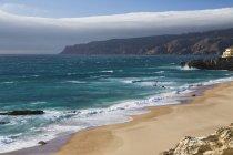 Ocean волн, разбивающихся на песчаном пляже — стоковое фото