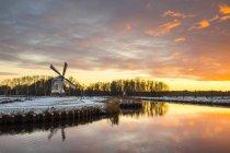 Вітте всесвітню Голландська млин на заході сонця — стокове фото
