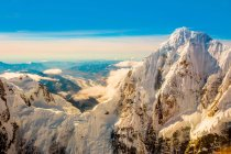 Peaks of Mt. Denali and Alaskan mountain range — Stock Photo