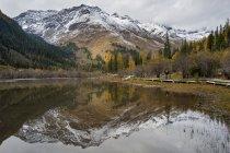 Vista del Monte Siguniang reflejando en estanque - foto de stock