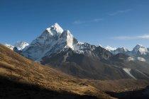 Stunning pointed peak of Ama Dablam — Stock Photo