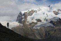 В швейцарских Альпах — стоковое фото