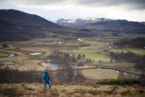 Femme qui marche près de Newtonmore — Photo de stock
