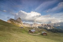 Meadows and huts of Odle mountain range — Stock Photo
