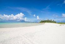 Plage de sable blanc dans le lagon de Wallis — Photo de stock