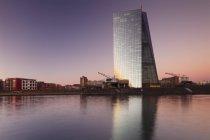 Перегляд через річку Майн Європейський Центральний Банк — стокове фото