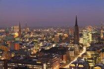 Центр города в ночное время, Гамбург — стоковое фото