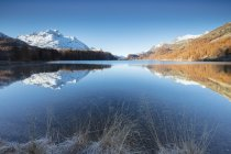 Нови піки, відображені в озеро — стокове фото
