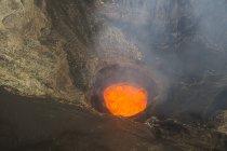 Lago de lava en la caldera del volcán Ambrym - foto de stock