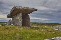 Poulnabrone dolmen, плити похоронної камери — стокове фото
