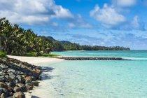 Белый песчаный пляж и бирюзовые воды — стоковое фото