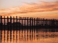 U Bein Bridge al atardecer - foto de stock