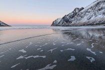 Mers froides, entouré de sommets enneigés — Photo de stock