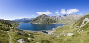 Montespluga lago rodeado pelos picos rochosos — Fotografia de Stock