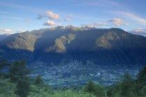 Село Bianzone, обрамлені скелястих вершин — стокове фото