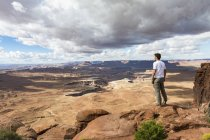 Man overlooking the landscape — Stock Photo