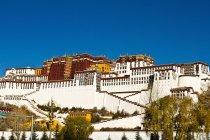 Potala Palace under blue sky — Stock Photo