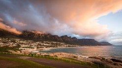 Coucher du soleil et nuages au dessus de Camps Bay — Photo de stock
