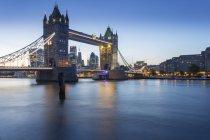 Tower Bridge et la ville de Londres — Photo de stock